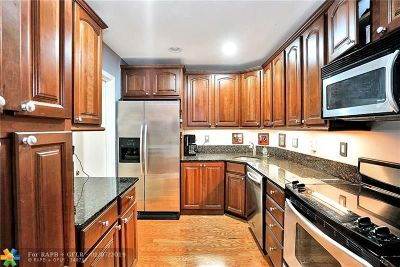 Wilton Manors Condo/Townhouse For Sale: 300 NE 19th Ct #206N