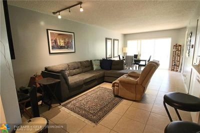 Coral Springs Condo/Townhouse For Sale: 1098 Coral Club Dr #1098