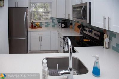 Oakland Park Condo/Townhouse For Sale: 105 Royal Park Dr #3D