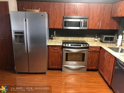 Pompano Beach Condo/Townhouse For Sale: 2202 S Cypress Bend Dr #204