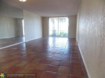 Davie Condo/Townhouse For Sale: 3100 W Rolling Hills Cir #110