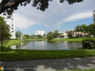 Pompano Beach Condo/Townhouse For Sale: 2106 S Cypress Bend Dr #504