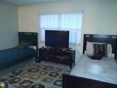 Lauderhill Condo/Townhouse For Sale: 6361 N Falls Circle Dr #104