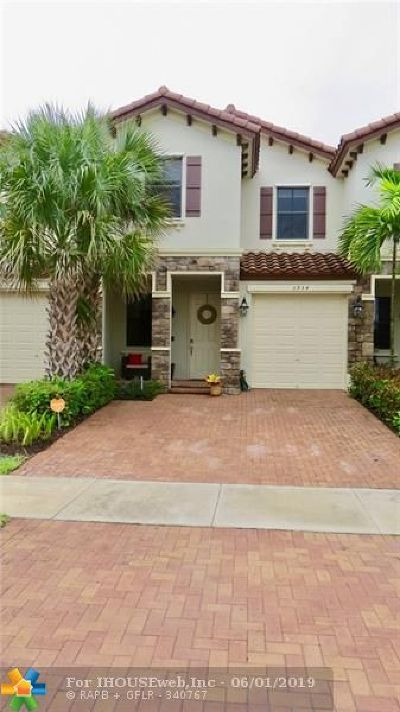 Coconut Creek Condo/Townhouse For Sale: 3954 Devenshire Ct #3954