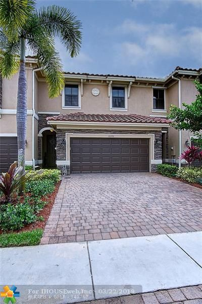 Davie Condo/Townhouse For Sale: 12370 N Village Cir
