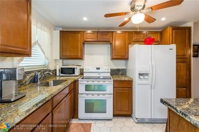 Hallandale Condo/Townhouse For Sale: 580 Egret Dr #120