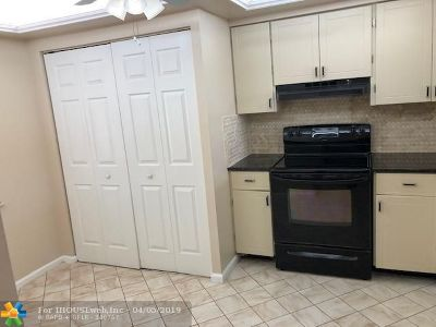 Margate Condo/Townhouse For Sale: 7300 Lake Circle Dr #404