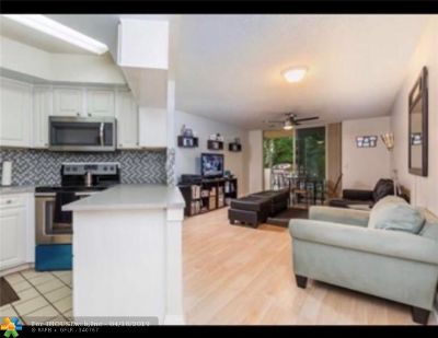 Doral Condo/Townhouse For Sale: 8333 Lake Dr #204
