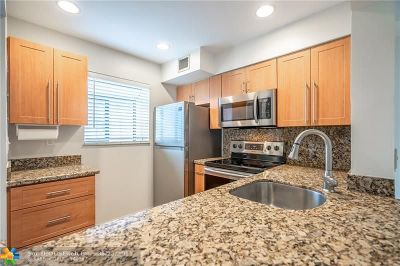 Oakland Park Condo/Townhouse For Sale: 2709 S Oakland Forest Dr #201