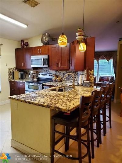 Coral Springs Condo/Townhouse For Sale: 11881 NW 57th St