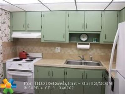 Pompano Beach Condo/Townhouse For Sale: 2320 S Cypress Bend Dr #201