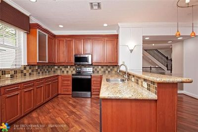Fort Lauderdale Condo/Townhouse For Sale: 1033 NE 17th Way