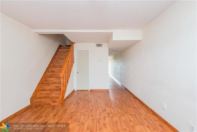 Boca Raton Condo/Townhouse For Sale: 9500 SW 3rd St #212