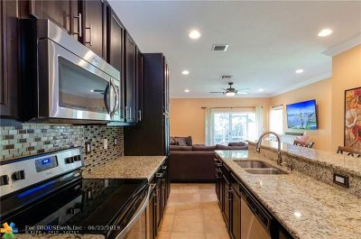 Tamarac Condo/Townhouse For Sale: 5902 Woodlands Blvd