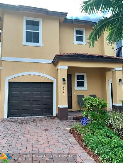 Coconut Creek Condo/Townhouse For Sale: 6941 Long Pine Cir #6941