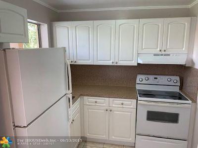 Sunrise Condo/Townhouse For Sale: 8225 Sunrise Lakes Blvd #208