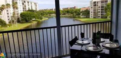 Pompano Beach Condo/Townhouse For Sale: 2232 N Cypress Bend Dr #404