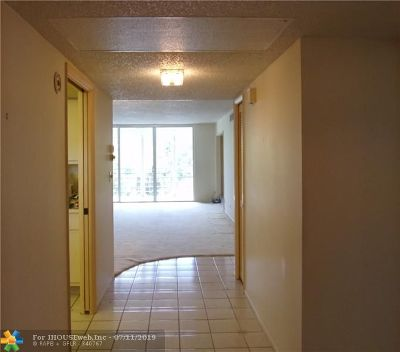 Pompano Beach Condo/Townhouse For Sale: 3930 Oaks Clubhouse Dr #401