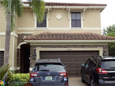 Davie Condo/Townhouse For Sale: 12390 N Village Cir