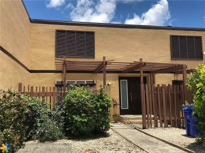 Pembroke Pines Condo/Townhouse For Sale: 10851 N Golfview Dr #10851