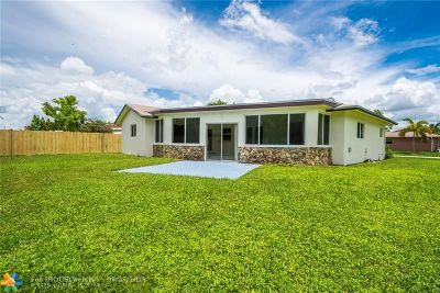 Tamarac Single Family Home For Sale: 9400 NW 66th St