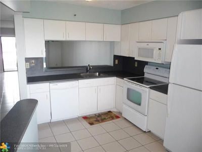 Pompano Beach Condo/Townhouse For Sale: 2206 S Cypress Bend Dr #701