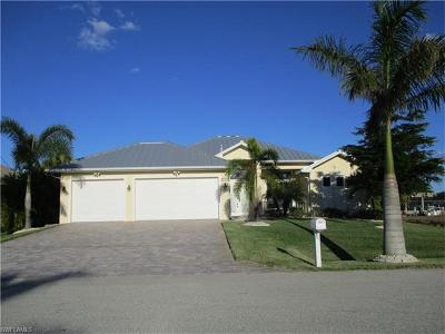 Cape Coral Single Family Home For Sale: 224 SW 12th St