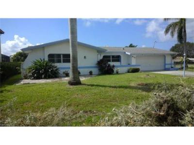Cape Coral Single Family Home For Sale: 836 Miramar Ct