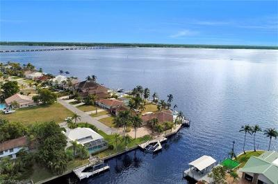 Cape Coral Single Family Home For Sale: 2402 SE 28th St
