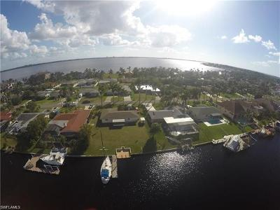 Cape Coral Single Family Home For Sale: 433 Bayshore Dr S