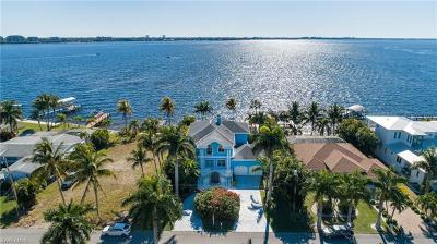 Cape Coral Single Family Home For Sale: 1022 Dolphin Dr