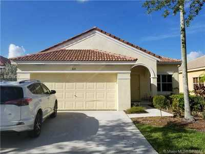 Weston Single Family Home Active-Available: 825 Tanglewood Cir