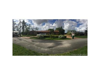 Hialeah Single Family Home For Sale: 19080 N Royal Birkdale Dr