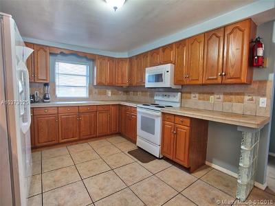 Pompano Beach Single Family Home For Sale: 2613 NE 7th St