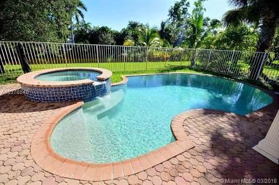 Davie Single Family Home For Sale: 4706 E Lakeside Cir E