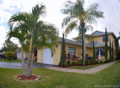 Sunrise Single Family Home For Sale: 579 Lakeside Cir