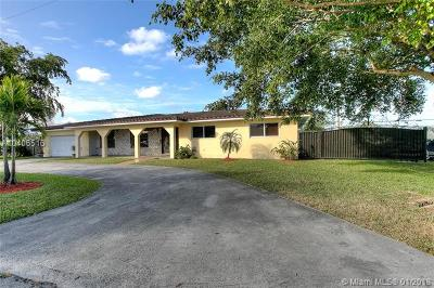 Hialeah Single Family Home For Sale: 6701 Royal Melbourne Dr