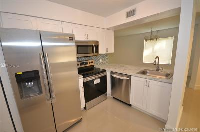 West Palm Beach Condo For Sale: 1209 The Pointe Dr #1209