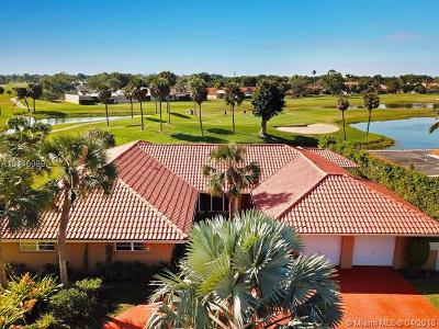 Hialeah Single Family Home For Sale: 7240 N Oakmont Dr