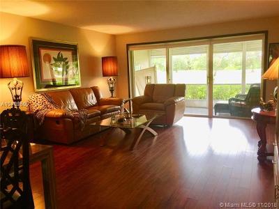 Pompano Beach Condo For Sale: 3800 Oaks Clubhouse Dr #101