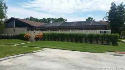Palm Beach Gardens Condo Active With Contract: 5520 Eagle Lake Dr #5520