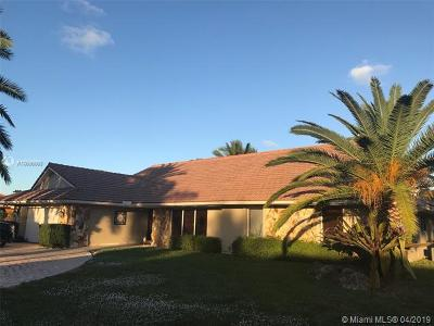 Hialeah Single Family Home For Sale: 18901 W Oakmont Dr