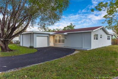 Pembroke Pines Single Family Home For Sale: 9020 NW 8th St
