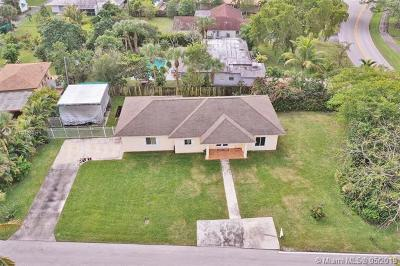 Plantation Single Family Home For Sale: 400 E Country Club Cir