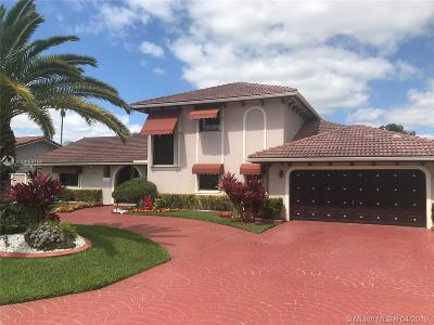 Hialeah Single Family Home For Sale: 19620 E Oakmont Dr