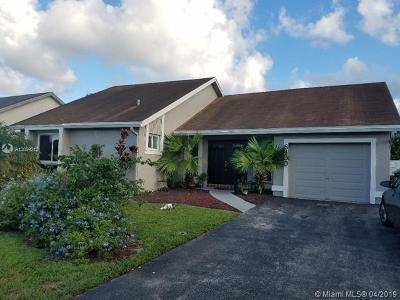 Pembroke Pines Single Family Home For Sale: 8400 NW 7th St