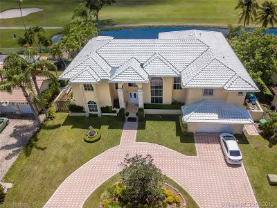 Hialeah Single Family Home For Sale: 19311 E Oakmont Dr