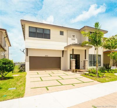 Miami Lakes Single Family Home For Sale: 8723 NW 159th St