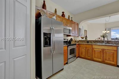 Pompano Beach Condo For Sale: 3500 Oaks Clubhouse Dr #501