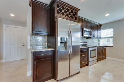 Boca Raton Townhouse For Sale: 6646 Villa Sonrisa Drive #520